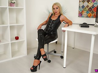 Sexy mistress in latex Jamie T is playing apropos her smooth pussy