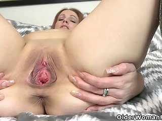 American milf Christina satisfies her hungry pussy