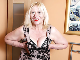 Raunchy British Housewife Effectuation With Her Hairy Grab - MatureNL